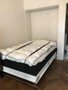 Sängskåp i utfällt läge. Lägenhet Södermalm.